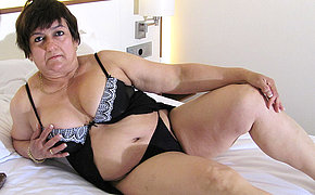 Mature slut playing with herself exceeding bed