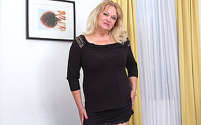 Beamy breasted mature lady playing to her pussy