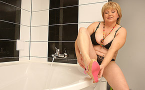 Gradual chubby mama playing in the bath