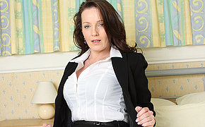 Sexy British MILF loves round masturbate