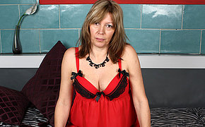 Mature slut carryingon with her wet pussy