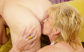 Two mature sluts parceling out one creampie