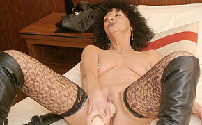 Kinky mature slattern pumping herself with huge toys
