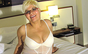 Blonde mature slut effectuation with her big dildo