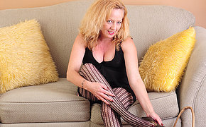 Horny American housewife effectuation exposed to the couch
