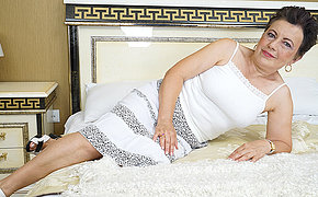 Saleable mature old bag playing with her pussy