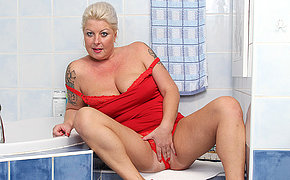 Chubby blonde mature nymho playing in the bathroom