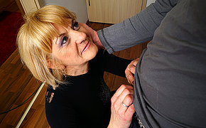 Horny mature lady doing the brush toyboy