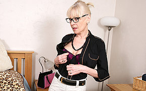 Horny British mature lady getting naughty