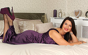 British MILF playing with herself in bed
