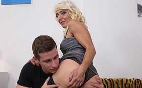 Horny blonde housewife bringing about their way young suitor