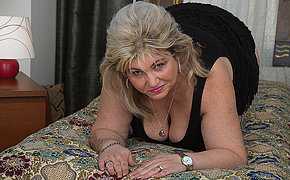 Sexcrazed housewife playing everywhere her wet beaver