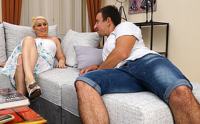 Horny mature floosie doing her suitor
