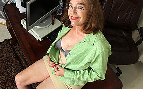 Hairy American mature lady bringing off fro herself