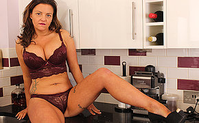 Hot British MILF carryingon woth her pussy in the kitchen