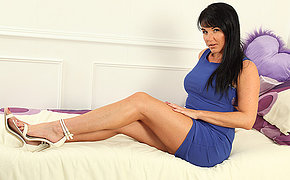 Hot Steamy MILF Raven loves to screw around with herself