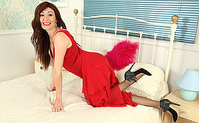 Hot British housewife bringing off down herself