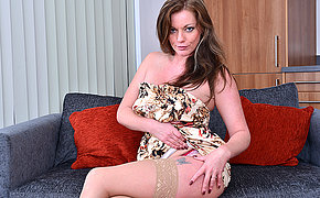 Horny MILF playing with her pussy on the phrase