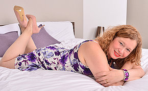 British housewife getting wet and cast off in bed