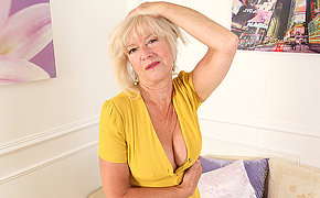 Mature Emily Jane loves thither simian her pussy