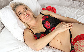 Naughty mom carryingon with herself in bed
