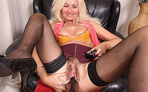 Hairy Ellen B loves to engross around with her fuckmachine